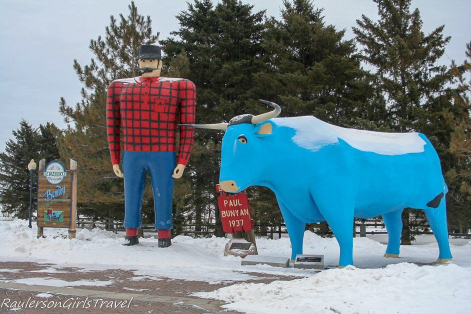 Paul Bunyan and Babe - Weird roadside attraction