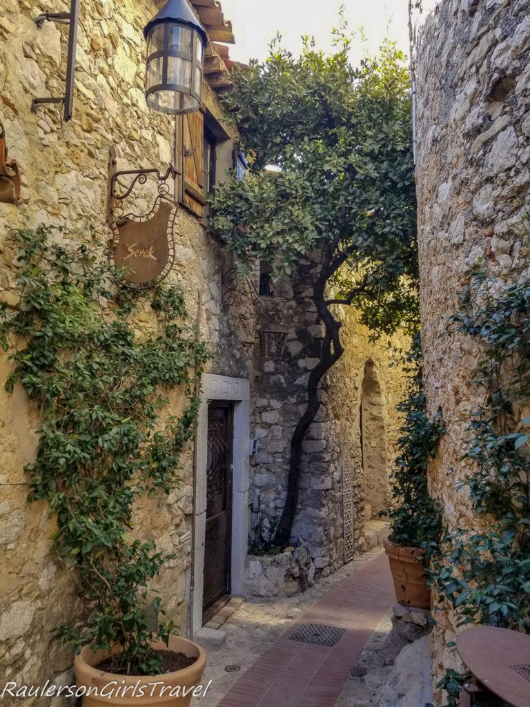 alley in Èze
