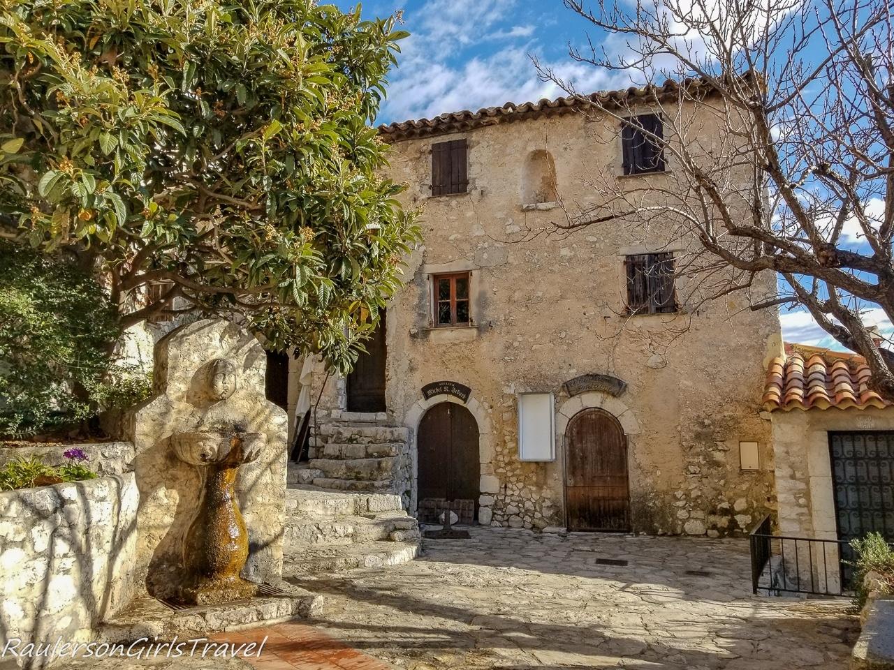 courtyard in Èze