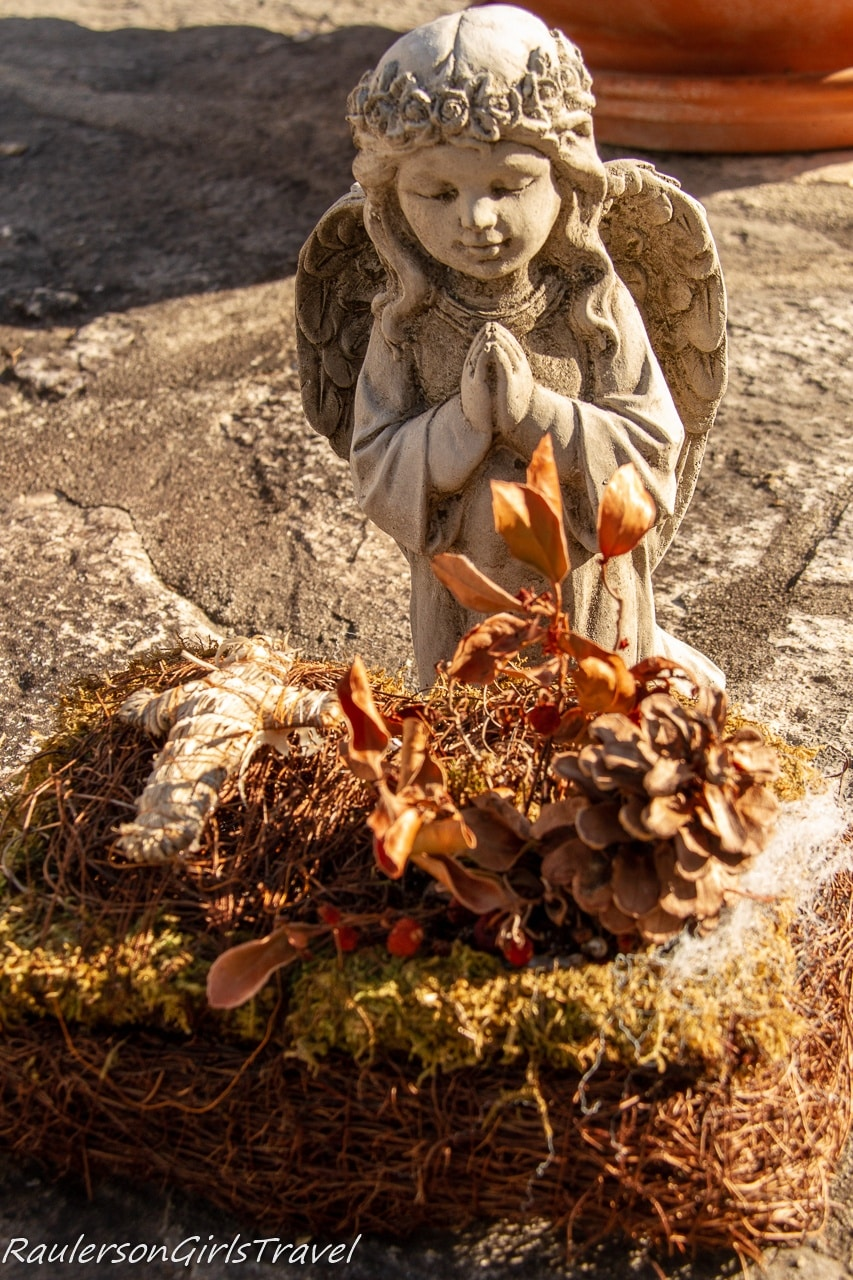 Angel statue on a tomb