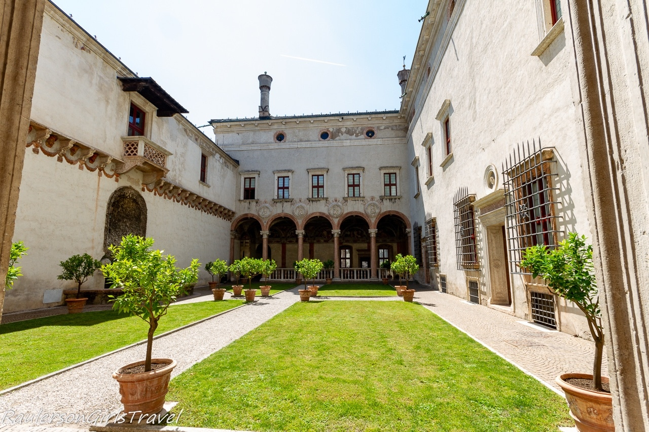 Courtyard of the Lions in Magno Palazzo