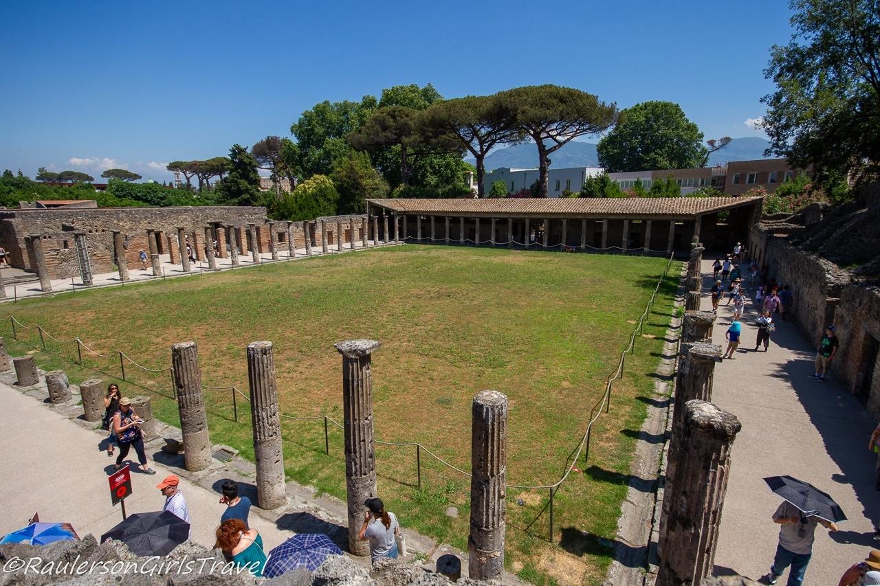 Quadriportico dei teatri o case roma dei gladiatori - Four-sided portico of the theaters or Rome houses of gladiators
