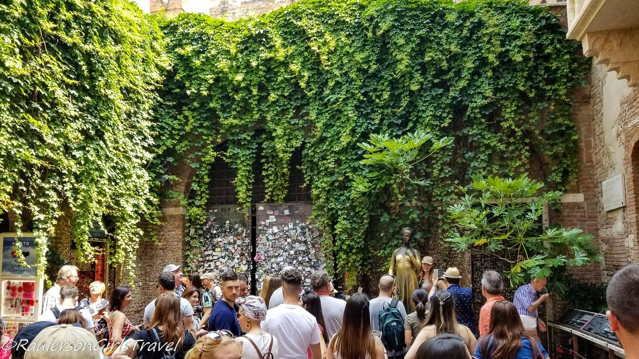 Crowds at Juliet's House in Verona, Italy