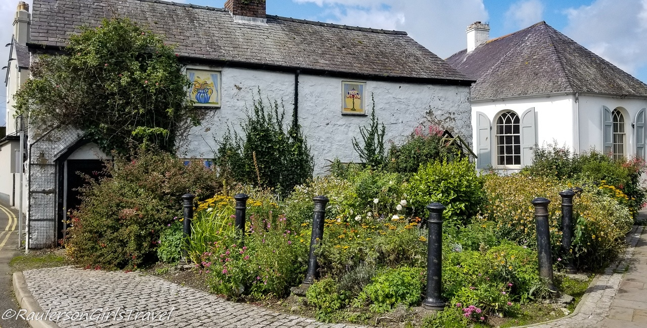 House with garden and paintings in Beaumaris